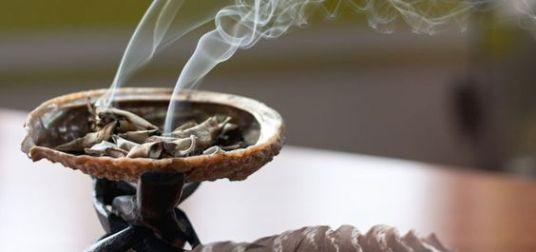 Pour votre lieu de vie : Un rituel de purification à base de sauge